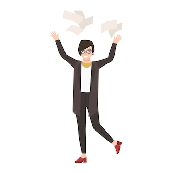 Gerente de mujer divertida feliz o empleado lanzando documentos en papel