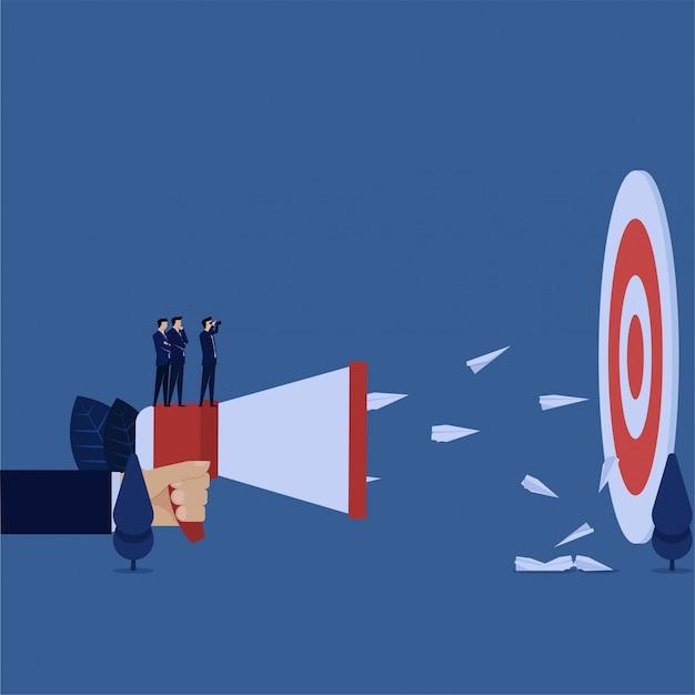 Gerente de negocios que busca el objetivo y envía una metáfora del plano publicitario del objetivo correcto.