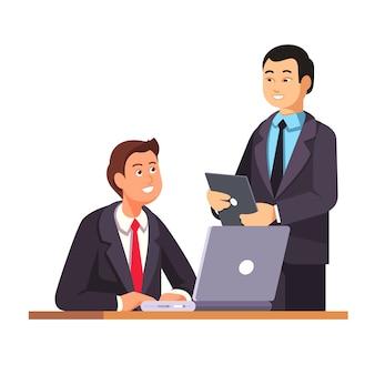 Gerente de recursos humanos de asia da la bienvenida a nuevo empleado