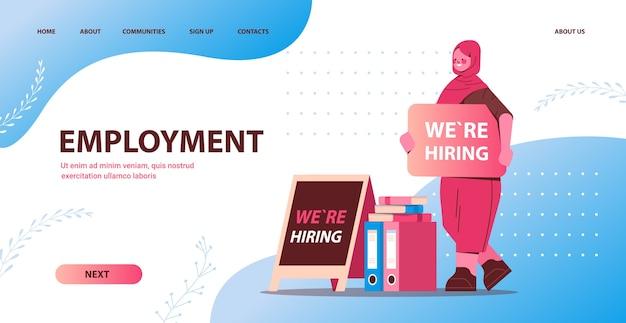 Gerente de recursos humanos de empresaria árabe sosteniendo estamos contratando cartel vacante contratación abierta concepto de empleo de recursos humanos de longitud completa espacio de copia horizontal ilustración vectorial