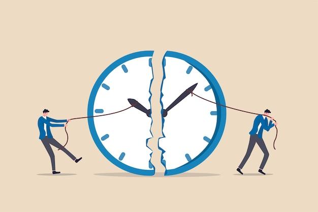 Gestión del tiempo, fecha límite de trabajo o planificación para el concepto de tiempo de trabajo, empresario que usa una cuerda para tirar de la manecilla de los minutos y las horas para romper la metáfora del reloj del esfuerzo para administrar el tiempo para múltiples proyectos.