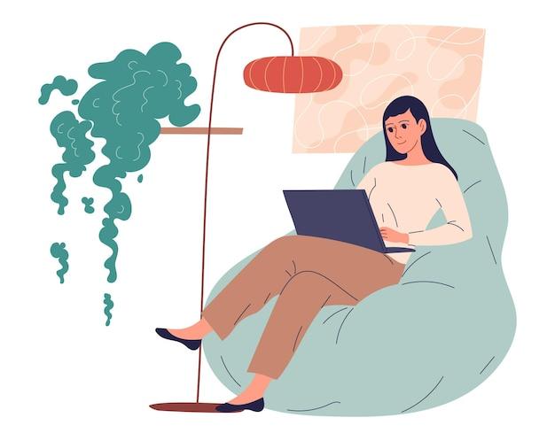 Ggirl se sienta en casa con su computadora portátil.