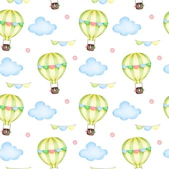 Globo de aire caliente de dibujos animados con guirnaldas en el cielo entre las nubes de patrones sin fisuras