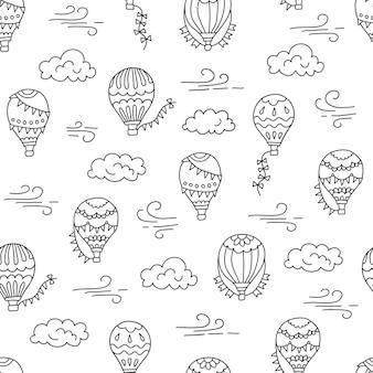 Globos de aire caliente y nubes dibujado a mano ilustración de patrones sin fisuras en estilo doodle sobre fondo blanco
