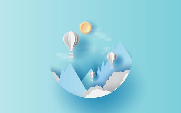 Globos flotan en el cielo azul