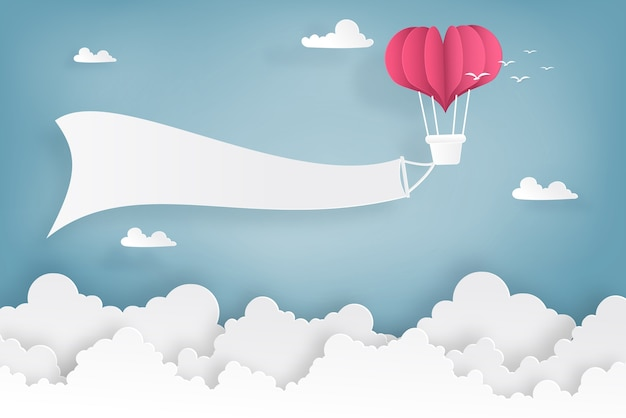 Globos de forma de corazón volando en el cielo y las nubes.