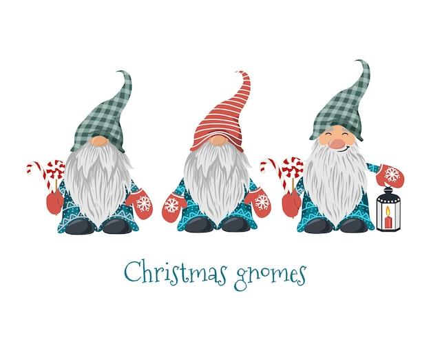 Gnomos de navidad aislados con piruleta y linterna con vela.