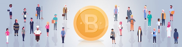 Golden bitcoin sobre personas multitud moderno web dinero digital crypto moneda concepto banner horizontal