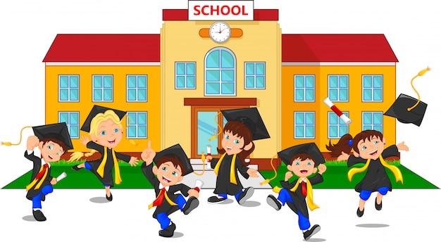Graduados felices con certificados frente a la escuela.