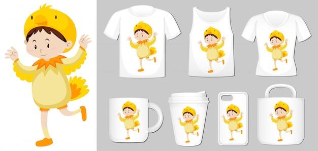 Gráfico de niño disfrazado de pollo en diferentes tipos de plantilla de producto