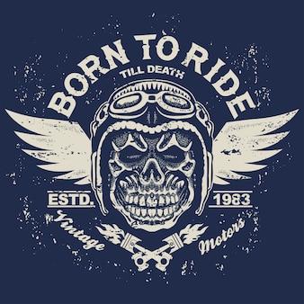 Gráficos de camisetas de motocicleta. jinete de cráneo en casco con alas. nacido para montar el emblema racer. impresión de ropa vintage de motociclista.