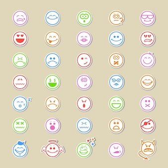 Gran colección de iconos sonrientes redondos o emoticonos que muestran una amplia variedad de expresiones diferentes en treinta y cinco diseños vectoriales diferentes