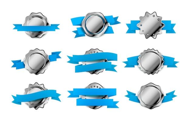 Gran conjunto de etiquetas retro plateadas brillantes, insignias con cintas azules sobre blanco