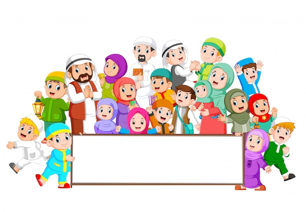 Una gran familia musulmana se reúne cerca del marco en blanco.
