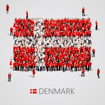 Gran grupo de personas en forma de bandera de dinamarca