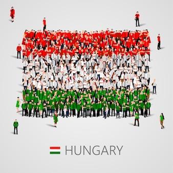 Gran grupo de personas en forma de bandera de hungría