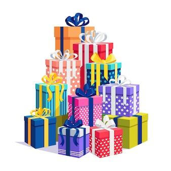 Gran montón de caja de regalo aislado en blanco