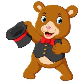 Un gran oso de circo usa el mejor disfraz y sostiene su sombrero.