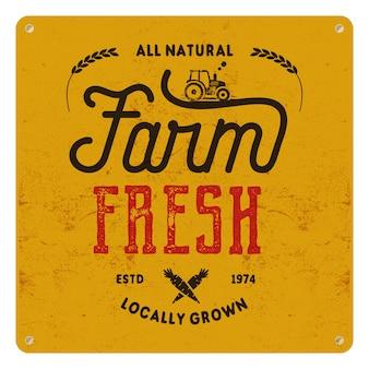 Granja fresca, cartel de comida ecológica. todo natural, cultivado localmente. diseños de logotipos de productos locales insignias tipográficas en estilo retro y símbolos: tractor, zanahoria.