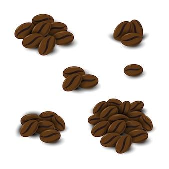 Granos de café fijados en el fondo blanco aislado