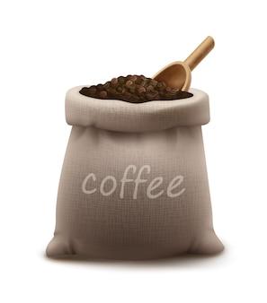 Granos de café tostados en saco de arpillera o bolsa con pala de madera aislado sobre fondo blanco.
