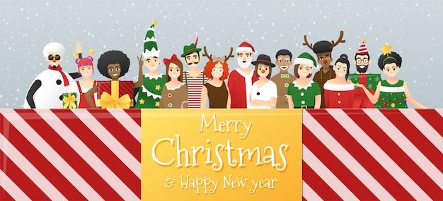 Grupo de adolescentes en traje de navidad saludo de navidad