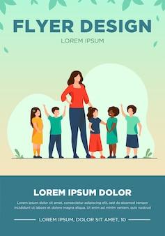 Grupo de alumnos con maestra de escuela. diversos niños de pie junto a la mujer joven. ilustración de vector de pedagogía, jardín de infantes, concepto de educación