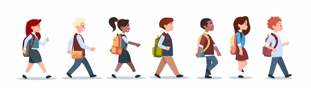 Grupo de alumnos mezcla raza caminar escuela niños aislado diversos pequeños estudiantes de primaria