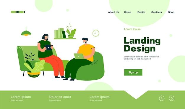 Grupo de amigos con dispositivos digitales reunidos en casa, sentados juntos en la página de destino en estilo plano