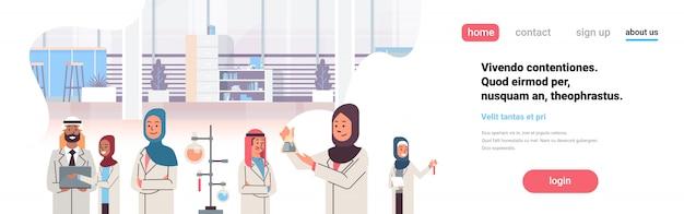 Grupo de científicos árabes trabajando banner