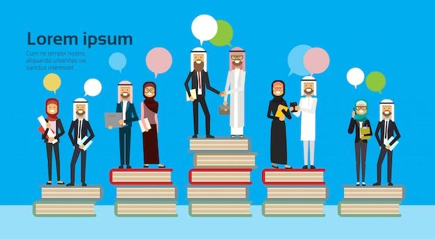 Grupo empresarial árabe en diferentes libros apilar burbujas chat exitoso equipo empresarial árabe éxito financiero concepto de trabajo en equipo