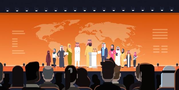 Grupo de empresarios árabes en conferencia reunión o presentación sobre un mapa del mundo ilustración equipo de oradores árabes capacitación corporativa o concepto de informe