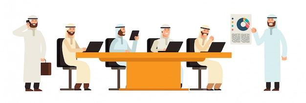 Grupo de empresarios árabes en la mesa en la reunión de negocios.