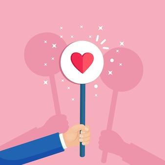 Grupo de empresarios con cartel de corazón rojo. redes sociales, red. buena opinión. testimonios, comentarios, revisión de clientes, como concepto. día de san valentín.