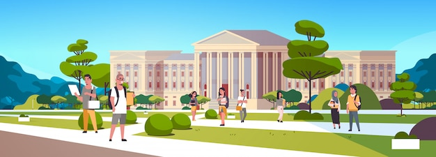 Grupo de estudiantes jóvenes de raza mixta en el patio del campus de educación, amigos de la universidad, relajarse y caminar frente al exterior del edificio de la universidad