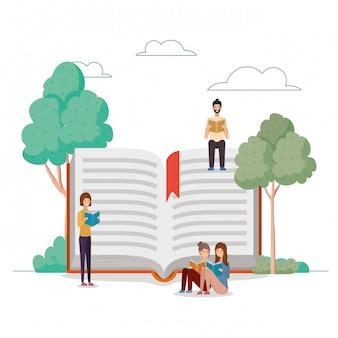 Grupo de estudiantes leyendo libros en el parque