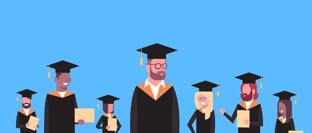 Grupo de estudiantes de raza mixta en diploma y birrete de graduación. caracteres