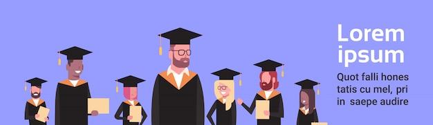 Grupo de estudiantes de raza mixta en graduación, bata y bata, diploma