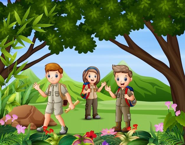 Un grupo de exploradores caminando en el bosque
