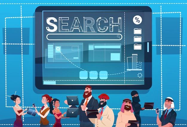 Grupo de la gente de la raza de la mezcla que usa el concepto de internet de los datos de la búsqueda de los artilugios