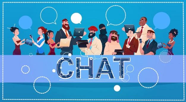 Grupo de la gente de la raza de la mezcla que usa el concepto social de la comunicación de la red de la charla de los artilugios