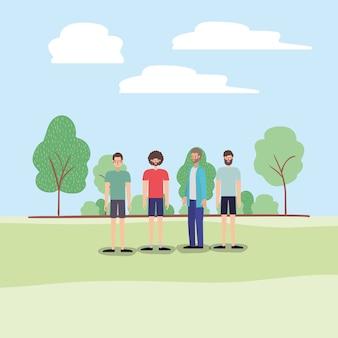 Grupo de hombres caminando sobre los personajes del parque