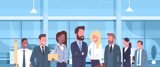 Grupo de hombres de negocios en equipo moderno del concepto de la oficina de hombres de negocios acertados y empresarias p
