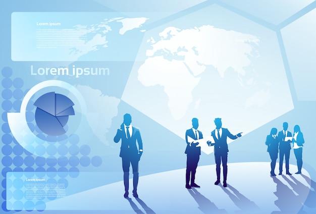 Grupo de hombres de negocios de la silueta paseo de los empresarios paso adelante sobre fondo abstracto