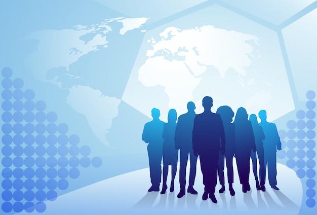 Grupo de hombres de negocios de la silueta que camina sobre el concepto del equipo de los empresarios del fondo del mapa del mundo