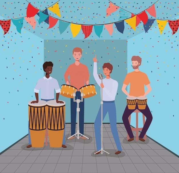 Grupo de hombres tocando instrumentos en la sala