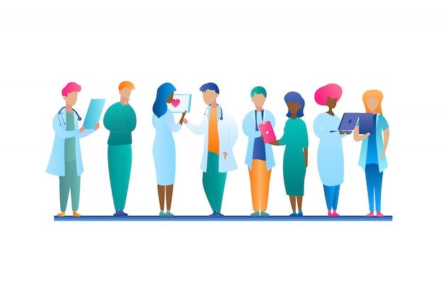 Grupo de ilustración doctor hablando stands en fila. trabajador de la clínica médica del hombre y de la mujer de la imagen del vector. consulta de paciente en línea usando laptop y tablet. estudio de caso del paciente. sistema de cuidado de la salud
