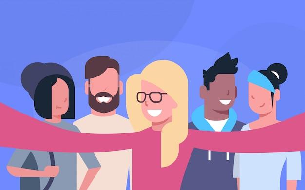 Grupo informal de personas que toman la foto de selfie juntos.