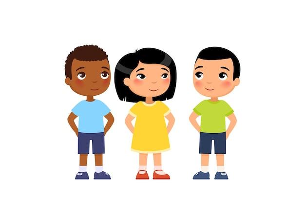 Grupo internacional de niños pequeños esconden sus manos a la espalda sorpresa secreta
