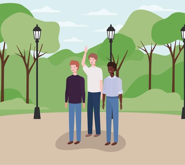 Grupo interracial de hombres en el parque